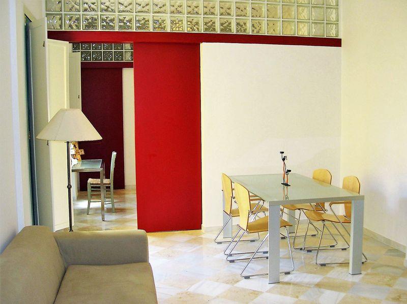 Puertas correderas lacadas en rojo, que separan las distintas estancias de la vivienda